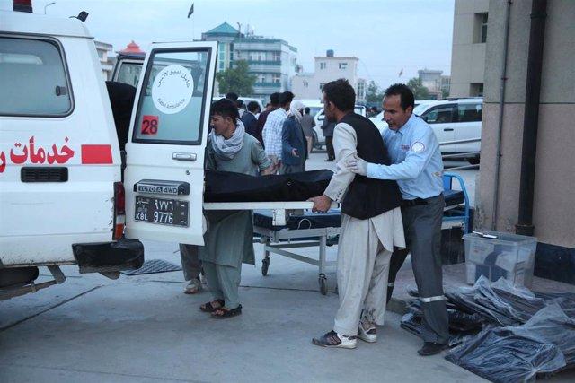 Archivo - Traslado de un herido por un atentado en Kabul, Afganistán.