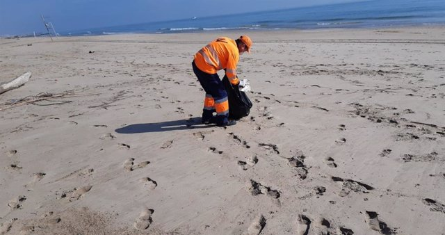 Operari de neteja de platges de València