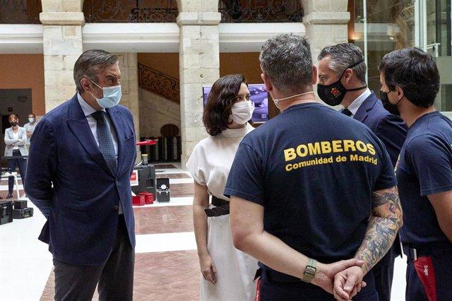 Acompañada del director de la Agencia de Seguridad y Emergencias de la Comunidad de Madrid Madrid112, Carlos Novillo (3i) y del consejero de Presidencia, Justicia e Interior del Gobierno regional, Enrique López (1i)
