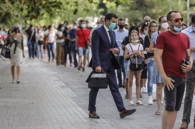 Archivo - Largas colas de ciudadanos esperan su turno de entrada en los juzgados