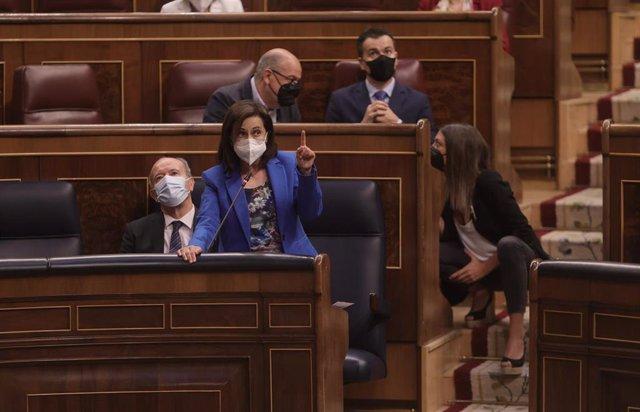 La ministra de Defensa, Margarita Robles, interviene en una sesión de control al Gobierno