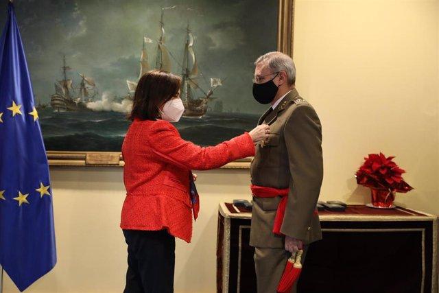 Archivo - La ministra de Defensa, Margarita Robles impone una medalla al teniente general Fernando José López Del Pozo por su actuación en la Operación Balmis