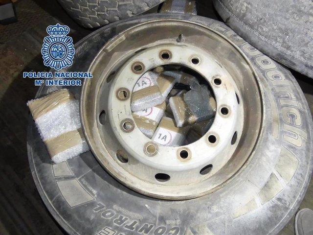 Rueda de camión con paquetes de cocaína en su interior