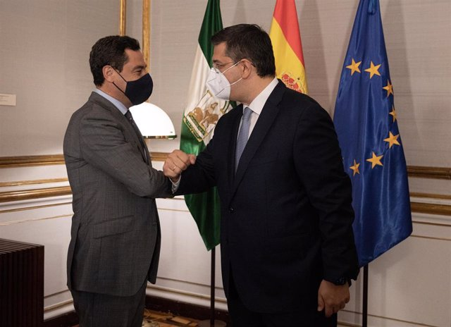 El presidente de la Junta, Juanma Moreno (i), recibe al presidente del Comité Europeo de las Regiones, Apostolos Tzizikostas (d), a 23 de junio del 2021 en el Palacio de San Telmo de Sevilla, Andalucía, España