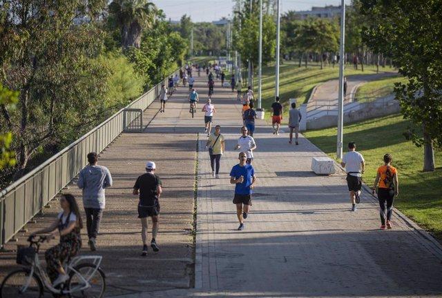 Archivo - Gente paseando en Sevilla.