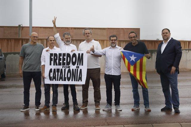 Oriol Junqueras,  Joaquim Forn, Josep Rull, Jordi Turull, Raül Romeva, Jordi Sànchez y Jordi Cuixart salen de la cárcel de Lledoners con el indulto.