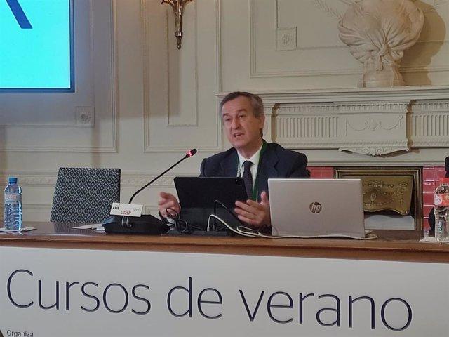 El consejero delegado del Banco Sabadell, César González-Bueno, en su intervención en los cursos de verano de la Universidad Internacional Menéndez Pelayo