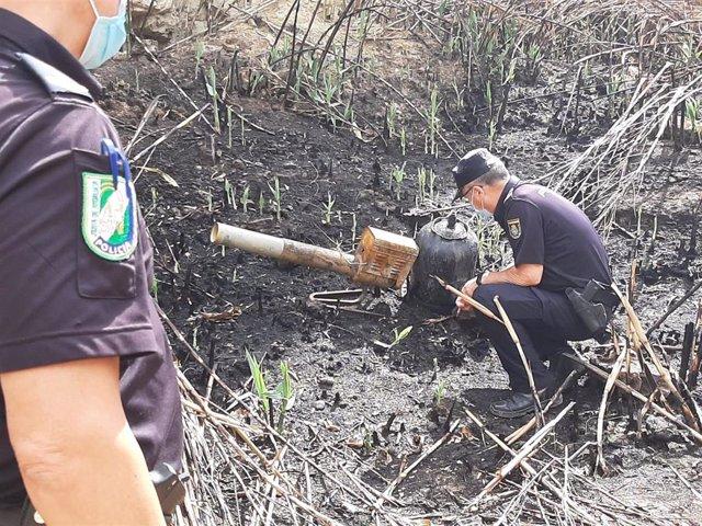 La Unidad de Policía Nacional Adscrita a la Comunidad inspecciona la zona calcinada en el incendio en Cortes de Baza (Granada)