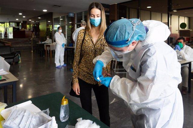 Archivo - Pruebas de anticuerpos de detección del coronavirus COVID-19, foto de recurso