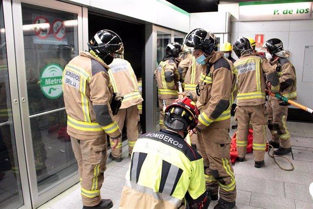Prácticas de emergencias con bomberos en una estación del suburbano