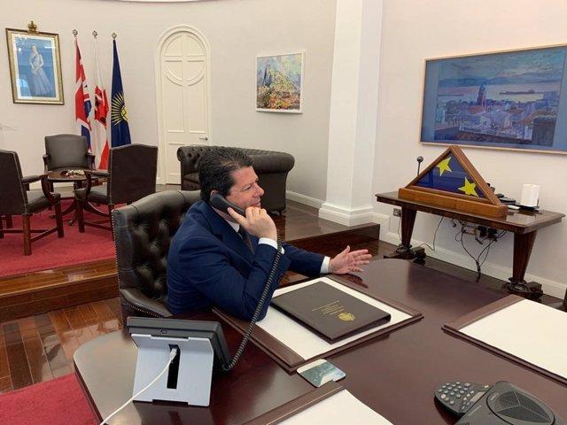 Archivo - Fabian Picardo en su despacho hablando por teléfono