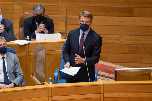 El presidente da Xunta, Alberto Núñez Feijóo, responde a las preguntas de los líderes de la oposición durante la sesión de control de la Cámara gallega