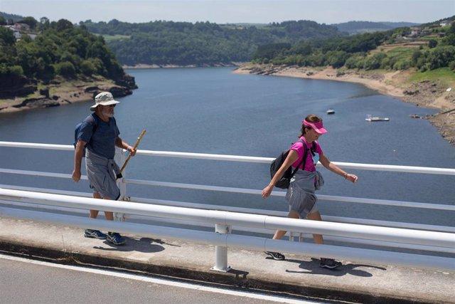 Dos personas realizan el Camino de Santiago, a 15 de junio de 2021, en Portomarín, Lugo.