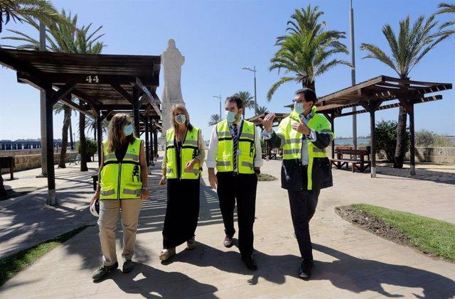 La presidenta de la Autoridad Portuaria de Huelva, Pilar Miranda, durante una visita al Monumento a Colón.