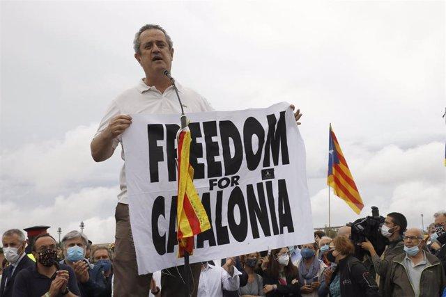 El exconseller de Interior de la Generalitat Joaquim Forn (PDeCAT), interviene con un cartel en el que se lee: `Freedom for Catalonia, tras salir de la prisión de LLedoners, un día después de ser indultado por el Gobierno de España, a 23 de junio de 2021