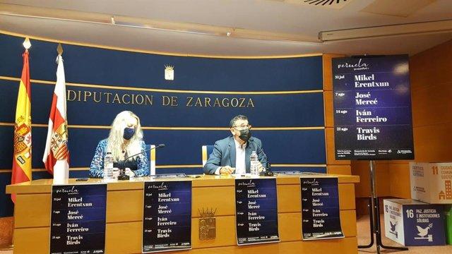 La diputada delegada de Cultura de la DPZ, Ros Cihuelo,  y el diputado Feliciano Tabuenca, en la presentación del cartel de Veuela Verano.