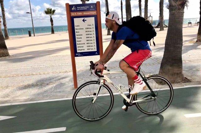 Archivo - Señales en la ruta EuroVelo 8 en Cádiz