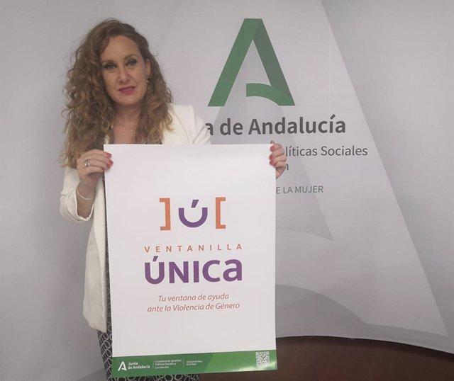 La asesora de programa del Instituto Andaluz de la Mujer (IAM) en Granada, Ruth Martos, presenta la ventanilla única para la atención a las víctimas de violencia de género en Andalucía.