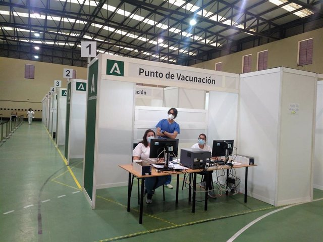 Punto de vacunación en el Polideportivo Antonio Vega 'Veguita' en Jerez