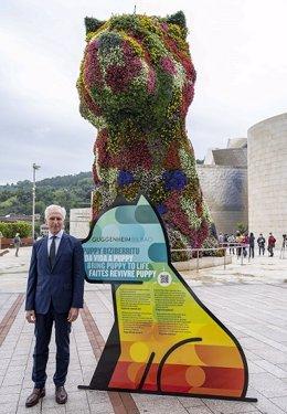 El director del Museo Guggenheim Bilbao, Juan Ignacio Vidarte, junto a Puppy.