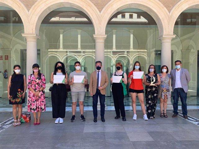 Acto de reconocimieno al alumnado del Instituto de Educación Secundaria (IES) Severo Ochoa de Granada que resultó ganador del encuentro regional 'II Torneo de Debate Educativo'.