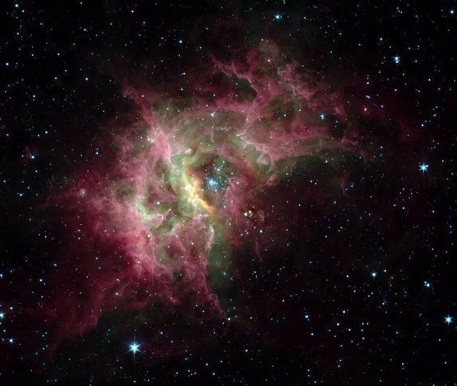 En el centro de la nebulosa de gas RCW 49 que se muestra aquí hay un cúmulo de estrellas (Westerlund 2) rodeado por una burbuja en expansión de gas caliente.