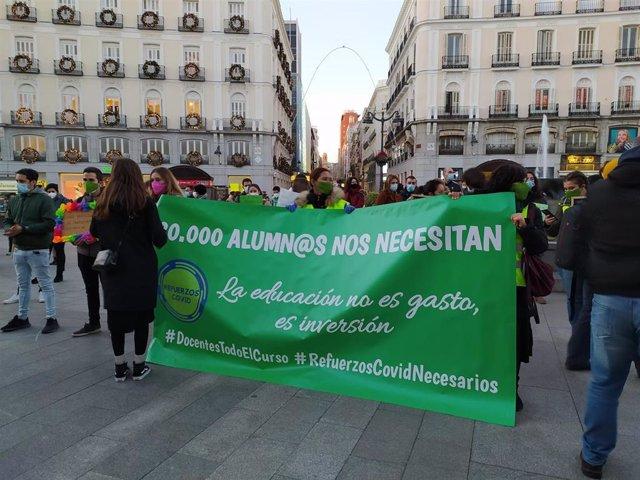 Archivo - Concentración de profesores en la Puerta del Sol. Archivo.
