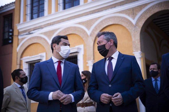 El presidente de la Junta, Juanma Moreno (i), junto el alcalde de Sevilla, Juan Espadas (d), en el acto de la foto oficial de la Eurocopa en el Real  Alcázar, a 25 de mayo de 2021, en Sevilla (Andalucía).