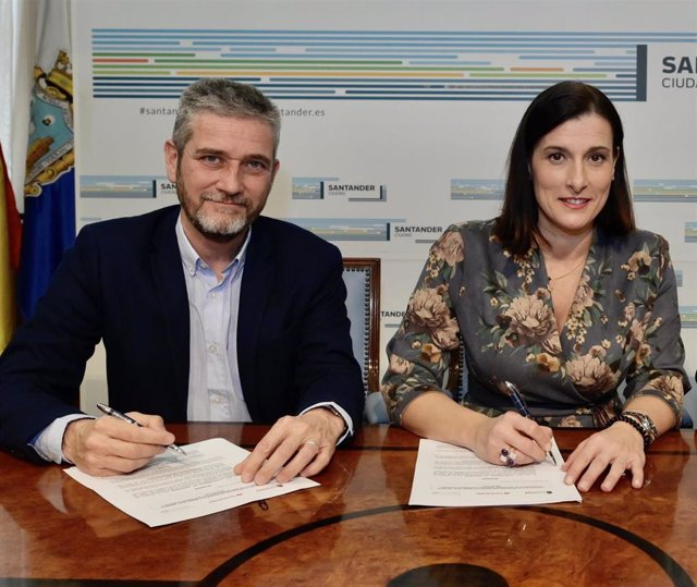 Archivo - La alcaldesa de Santander, Gema Igual (PP), y Javier Ceruti, portavoz de Cs en el Ayuntamiento