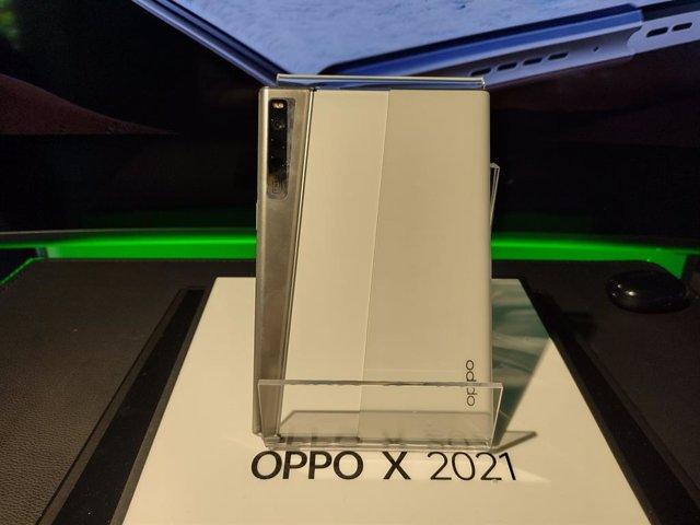 Prototipo del teléfono móvil con la pantalla enrollable Oppo X 2021, mostrado por la compañía en un evento de prensa celebrado el 23 de junio en Madrid.
