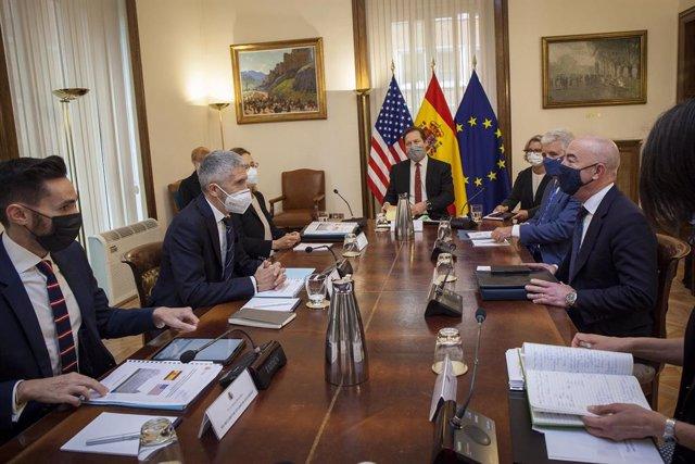 El ministro del Interior, Fernando Grande-Marlaska, y el secretario de Seguridad de EEUU, Alejandro Mayorkas, en la reunión bilateral celebrada en Madrid
