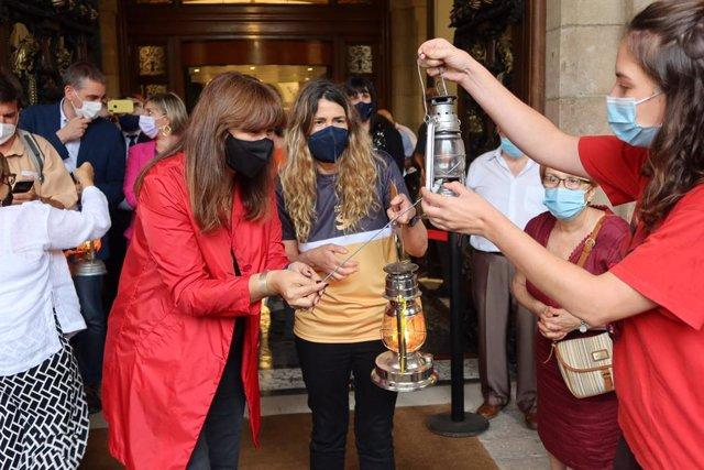 La presidenta del Parlament, Laura Borràs, rep la Flama del Canigó a mans d'Òmnium Cultural