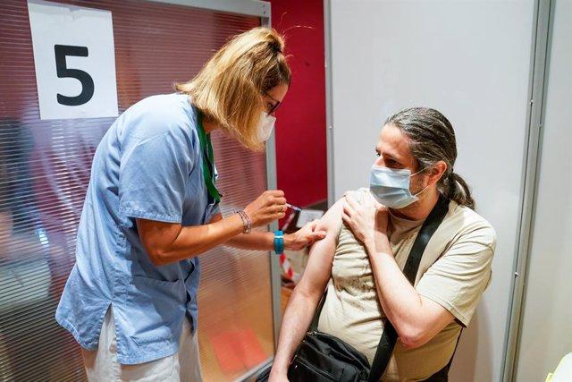 Un home rep la primera dosi de la vacuna de Pfizer-BioNTech contra el Covid-19, a 9 de juny de 2021, a l'Hospital Sever Ochoa de Leganés, Leganés, Madrid, (Espanya). La Comunitat de Madrid comença des d'aquest dimecres a vacunar als ciutadans