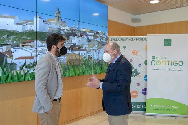 Archivo - El presidente de la Diputación de Sevilla, Fernando Rodríguez Villalobos, reunido con el alcalde de Gerena, Javier Fernández