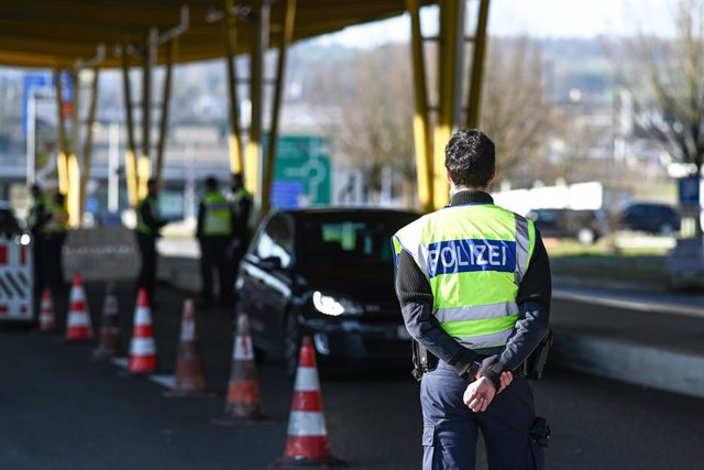 Archivo - Un policía alemán vigilando la frontera con Suiza