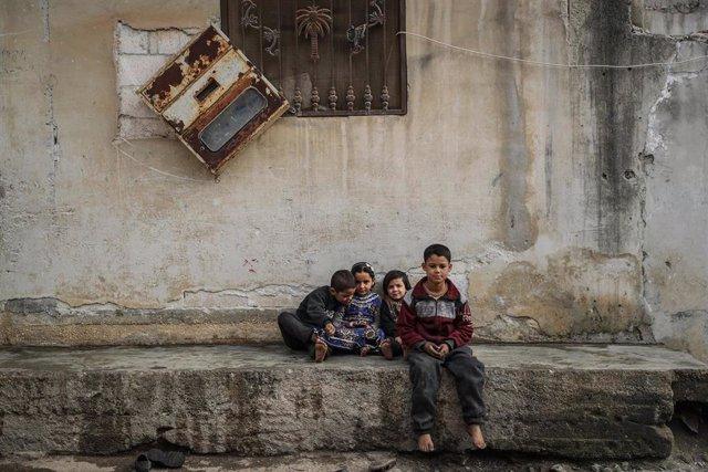 Archivo - Un grupo de niños sobre las ruinas de un edificio en Afes, en el norte de Siria.