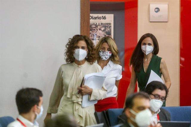 (I-D) La ministra portavoz, María Jesús Montero; la vicepresidenta tercera, Yolanda Díaz y la ministra de Derechos Sociales y Agenda 2030, Ione Belarra, a su llegada para comparecer en rueda de prensa tras el Consejo de Ministros, a 8 de junio de 2021.