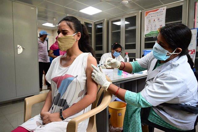 Archivo - Vacunación contra el coronavirus en India