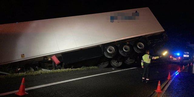 Salida de vía de un camión articulado en la carretera N-121-A, sin heridos.