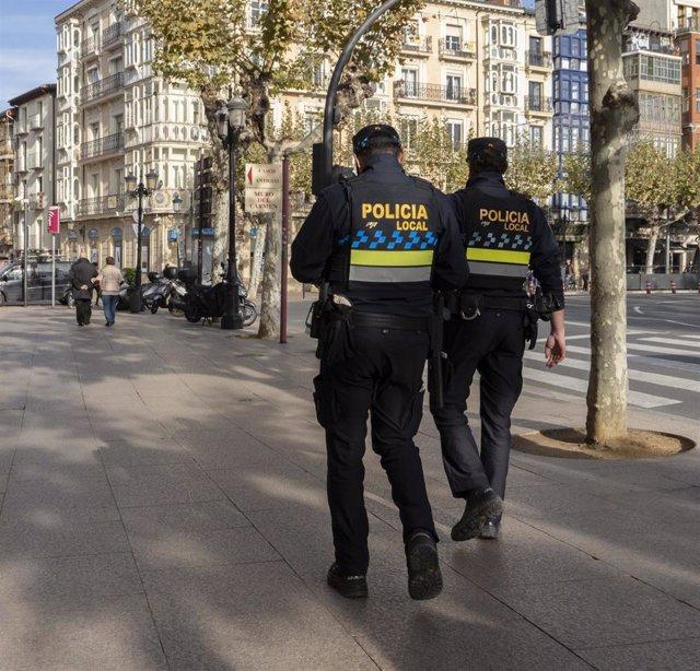Archivo - Dos policías locales de Logroño