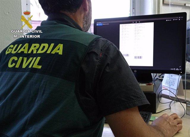 Un agente de la Guardia Civil, durante la investigación