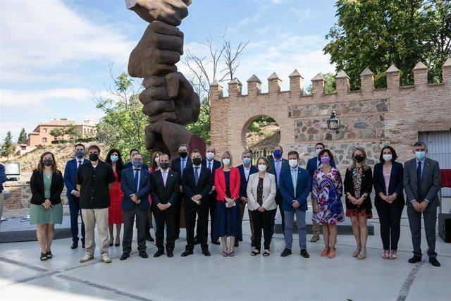 El jefe del Ejecutivo autonómico, Emiliano García-Page, inaugura en las Cortes de Castilla-La Mancha, el monumento dedicado a las víctimas del COVID-19 y al personal esencial, ubicado en el patio junto al aparcamiento.