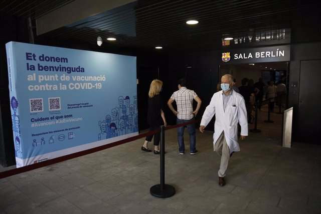 Un profesional sanitario sale de la Sala Berlín del Camp Nou.