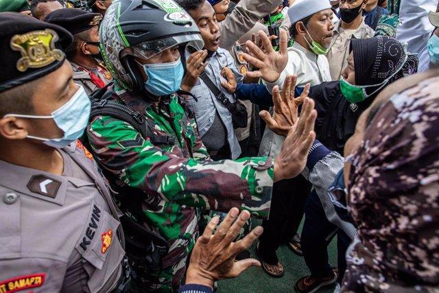 Archivo - Imagen de archivo de la Policía de Indonesia durante una protesta de los seguidores del clérigo Rizieq Shihab.