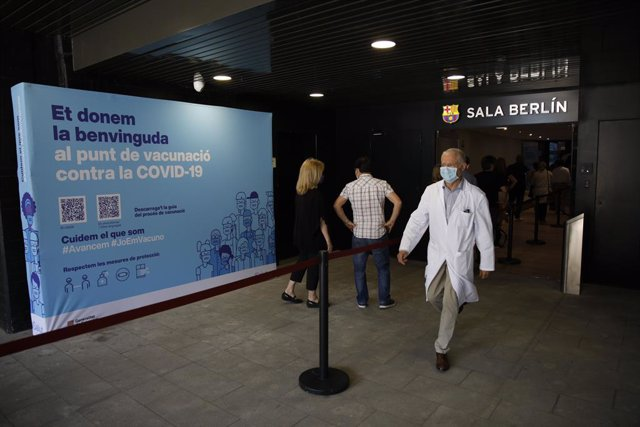 Un professional sanitari surt de la Sala Berlín del Camp Nou.