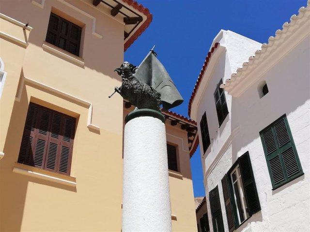 Archivo - Cordero de Sant Joan, emblema de las fiestas de Sant Joan, en el casco antiguo de Ciutadella.