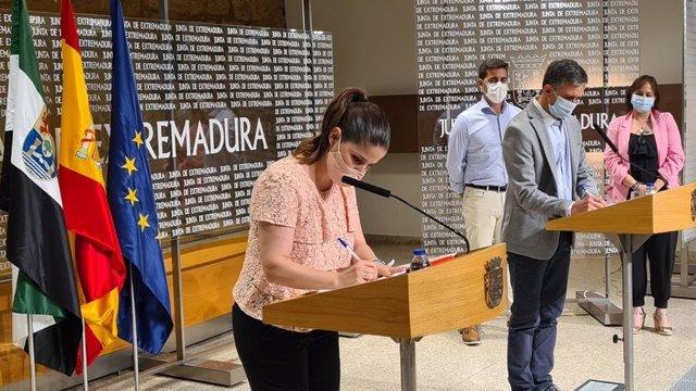 La consejera de Igualdad, Isabel Gil Rosiña, en la firma del convenio con el presidente de la Asociación Regional de Trabajadores Autónomos del Taxi de Extremadura, Cecilio Rodríguez, para la prestación de transporte a víctimas de violencia de género