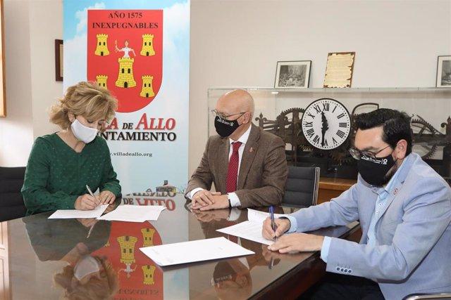 Archivo - La alcaldesa de Allo, Susana Castanera, el consejero Ciriza y el director general de Administración Local y Despoblación, Jesús Mari Rodríguez