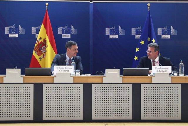 El presidente del Gobierno, Pedro Sánchez, y el vicepresidente de la Comisión Europea, Maros Sefcovic, en un acto en Bruselas sobre 'España 2050'