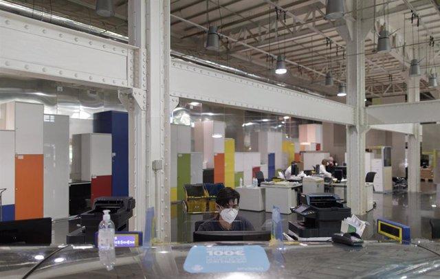 Archivo - Imagen de archivo de un trabajador durante su jornada laboral en la Oficina de Correos ubicada en Cibeles (Madrid)